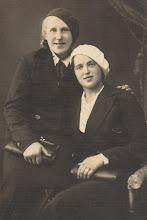 Photo: Pavasarininkės: Zuzana Jurevičiūtė-Grigalauskienė (kairėje) su seserimi. Nuotrauka iš Genutės ir Irutės Grigalauskaičių asmeninių archyvų