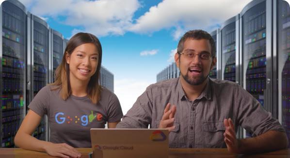 Stephanie Wong y Mark Mirchandani, Google Developers Advocates que están sentados en un escritorio con un portátil abierto frente a ellos