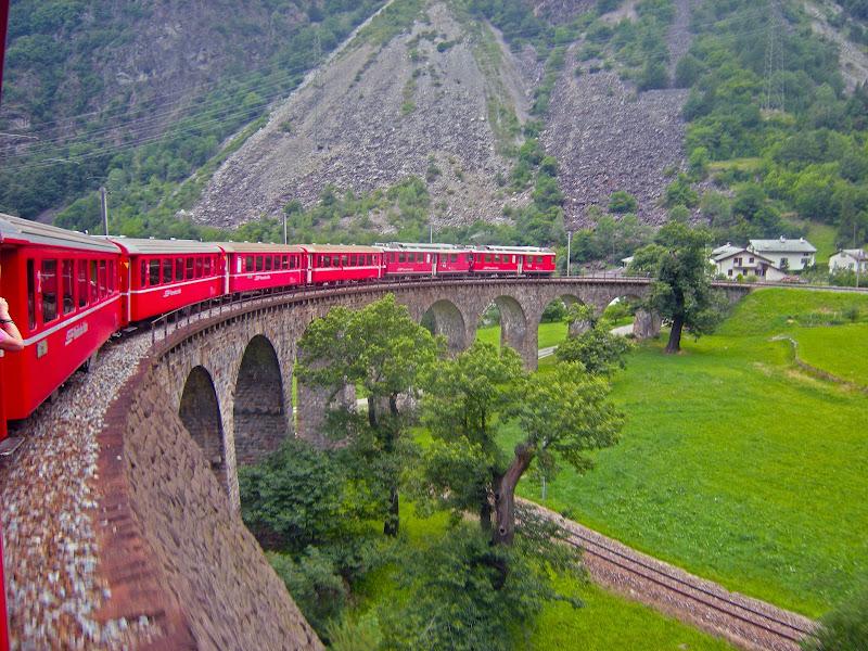 Il trenino rosso del Bernina in partenza... di Ingles Alberti