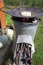 Photo: A töltő rész kisebbre lett vágva a jobb tölthetőség érdekében. Mint látható, a metszési hulladék  is elegendő a tárcsa fűtéséhez.