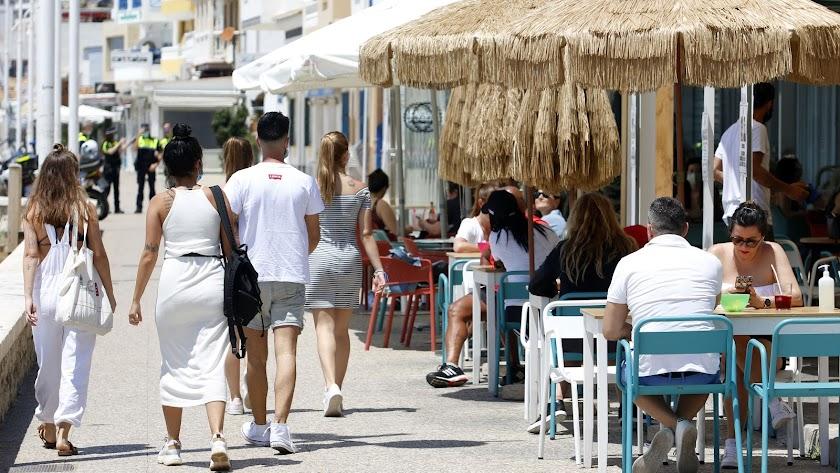 Un grupo de personas pasean por el paseo marítimo de Pedregalejo, en Málaga.