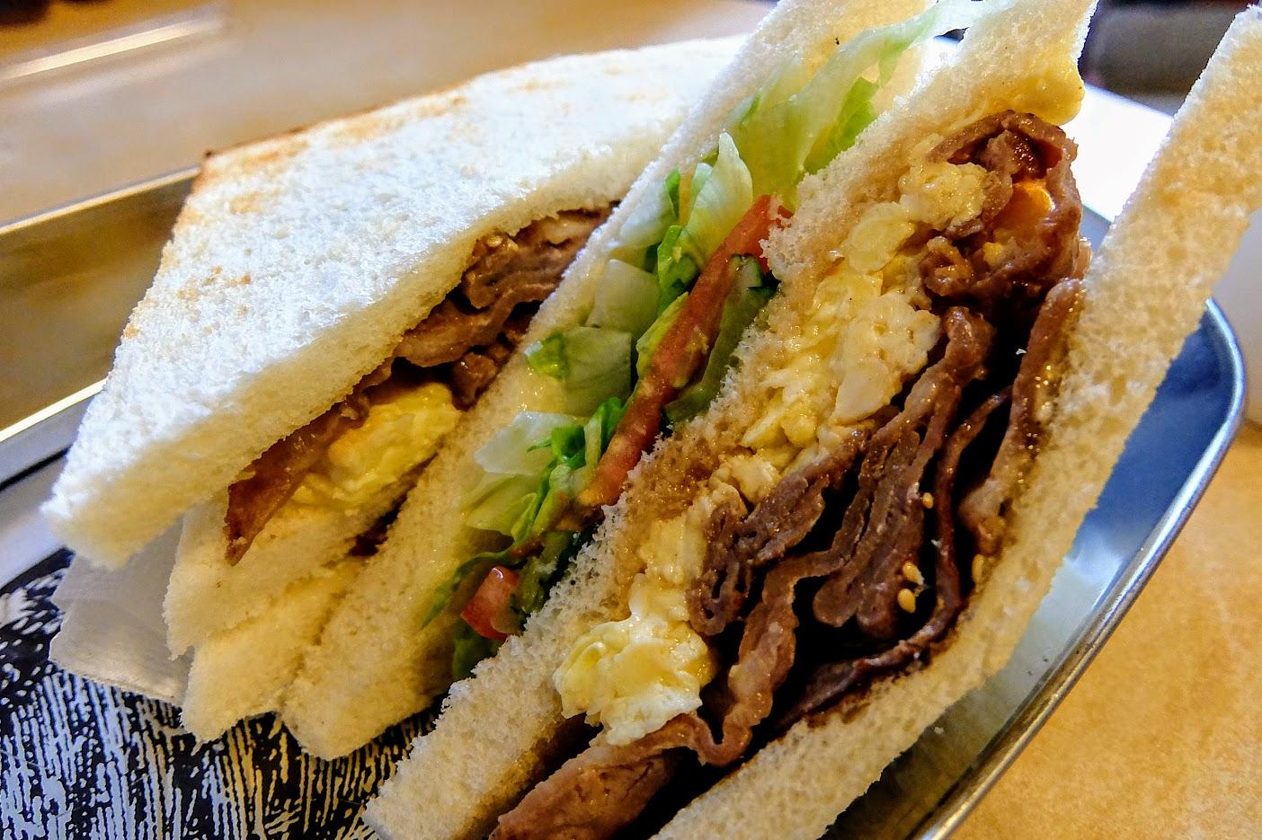 三片吐司,中間夾著古早味口感的燒肉/蛋/生菜等...