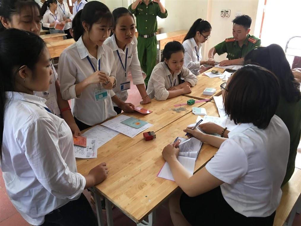 Công an huyện Hưng Nguyên, Nghệ An đến trường làm CMND cho học sinh