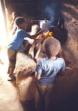 Photo: As crianças no kalunga encontram na liberdade do meio ambiente autonomia para sua alimentação. Desde cedo já se viram com colheita e preparo dos alimentos.