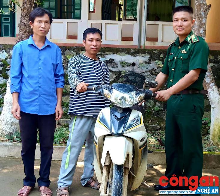 Anh Thảo và người thân nhận lại chiếc xe máy từ cán bộ Đồn Biên phòng Phúc Sơn