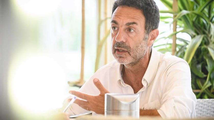 Miguel Lorente reside en Granada, pero pasa parte de sus vacaciones de verano en Almería. En esta imagen, en un momento de la entrevista con La Voz.