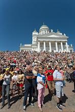 Photo: Väkijoukko seuraamassa kulkuevalmisteluita Senaatintorilla / A crowd watching the parade preparations at Senaatintori