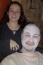 Photo: Die verkrüppelte Mareike und ihr Bruder Alfred, der (auf eigenen Wunsch) auf alchemistischen Wege im Unleben gehalten wird, damit er ihr helfen kann.