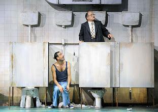 Photo: WIEN/ BURGTHEATER: DER REVISOR von Nikolaj Gogol. Premiere am 4.9.2015. Inszenierung: Alvis Hermanis. Fabian Krueger, Martin Reinke. Copyright: Barbara Zeininger