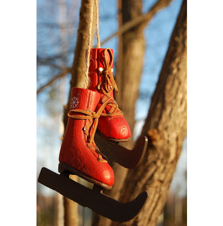 Röda skridskor i trä