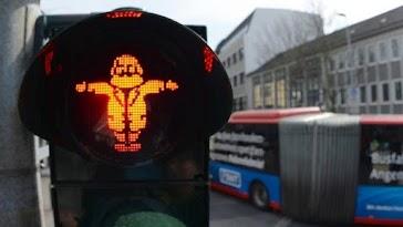 Ampelmännchen Marx in Verkehrsampel, im Hintergrund ÖPNV-Bus
