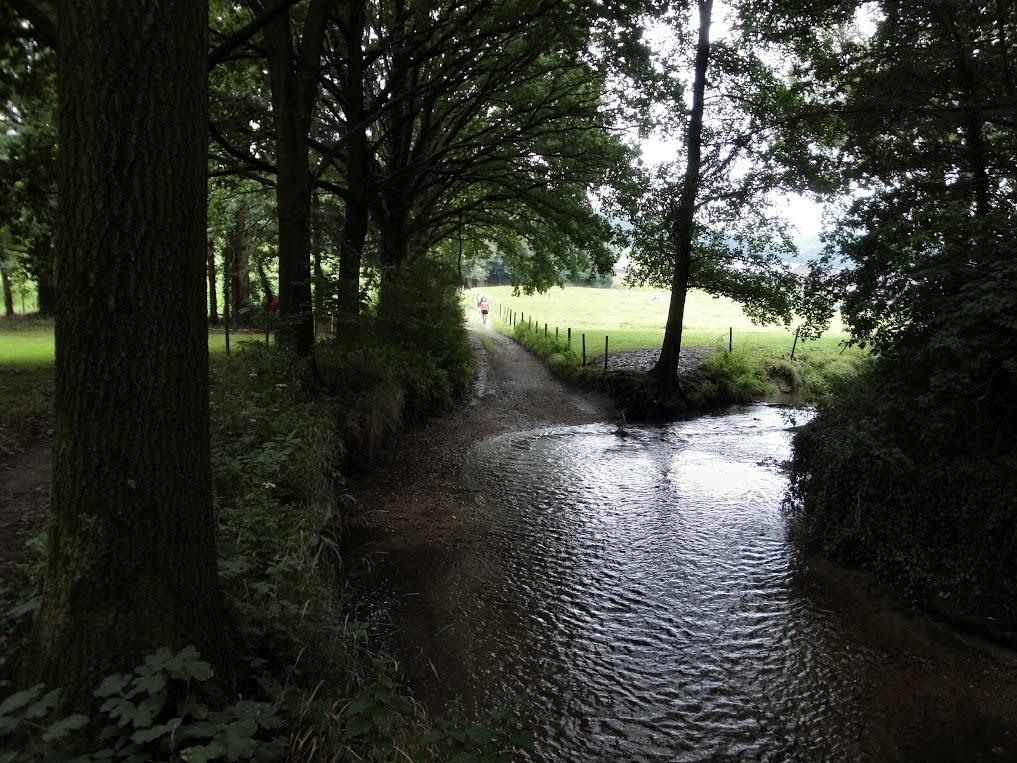 De Gulp stroomt dwars over de weg bij Karsveld