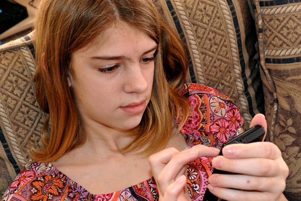 WEB-TEEN-GIRL-TEXTING-SMARTPHONE-Carissa-Rogers-CC