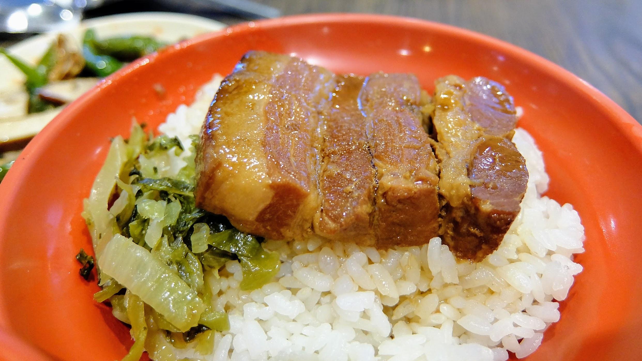 滷肉飯,上面是一塊三層肉