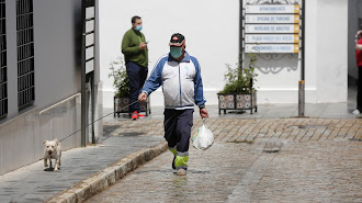 Un hombre con mascarilla pasea por Almonte.
