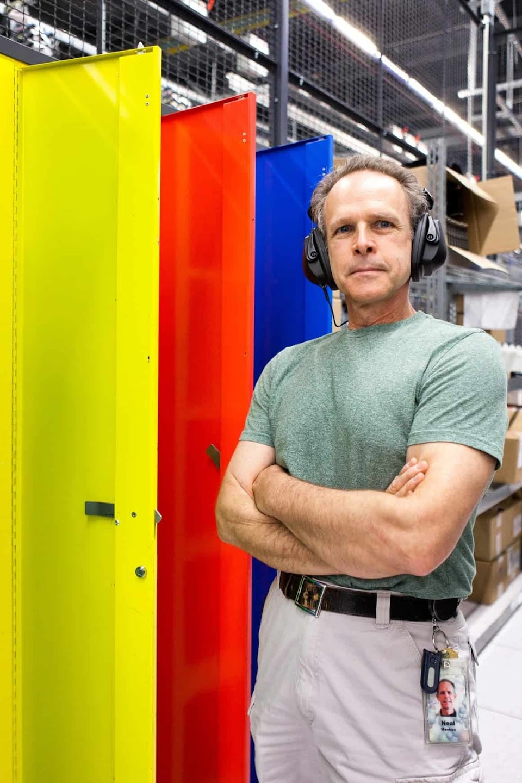 Neal verwendet eine spezielle Ausrüstung, um alle Daten auf alten Servern endgültig zu löschen.