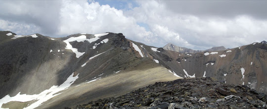 Photo: El Pic de la Fossa del Gegant, al centre, amb el coll de Carançà a la dreta, i el Pic de Noucreus a l'esquerra