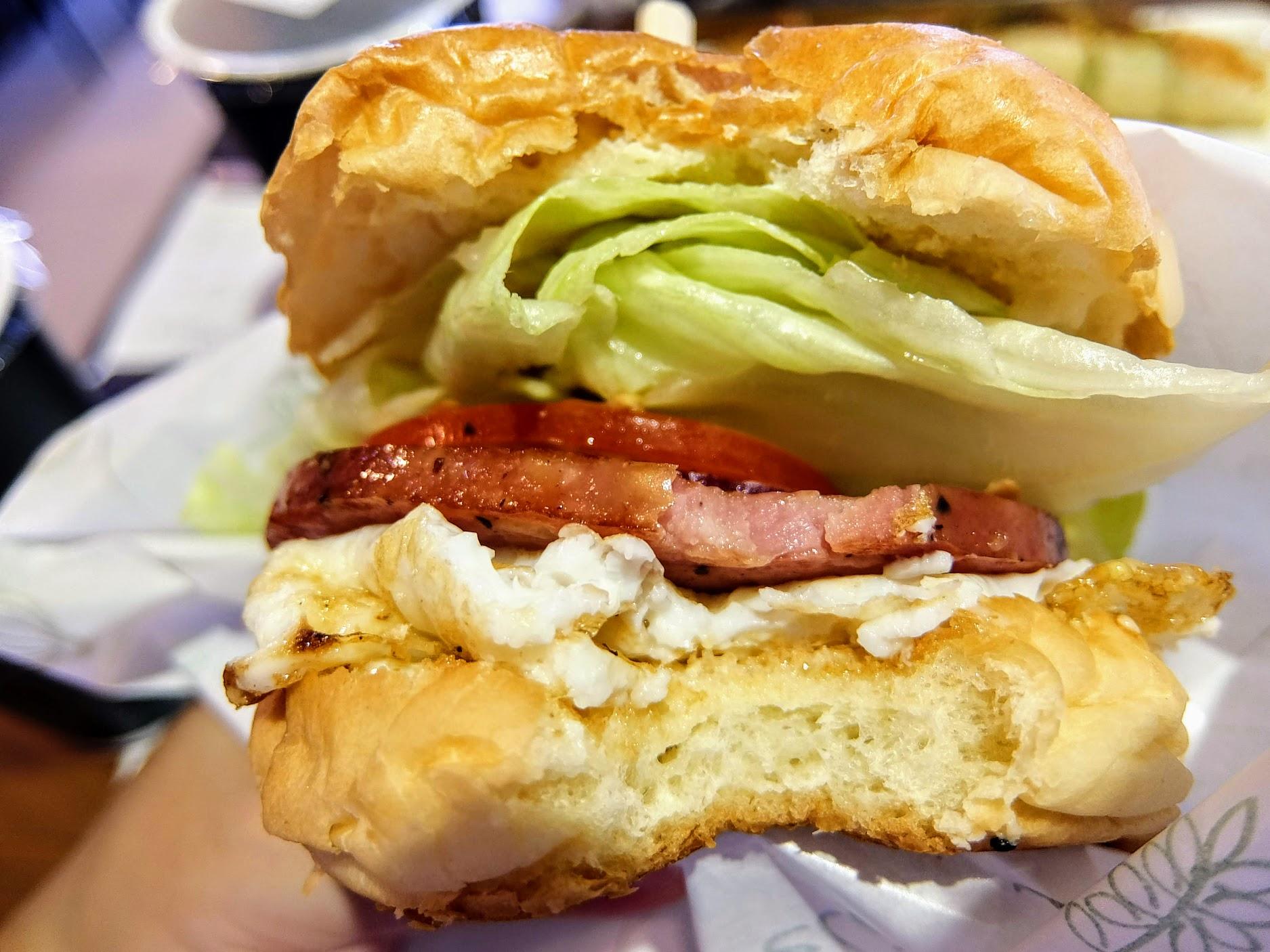 麵包鬆軟,略微黏牙,中間有蛋/厚火腿/番茄/生菜