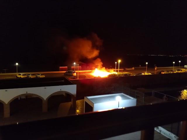El contenedor fue quemado minutos antes de las cuatro y media de la madrugada.