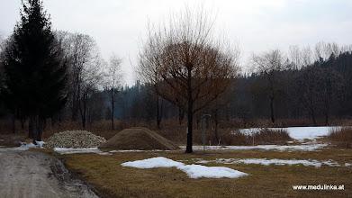 Photo: hier schon die ersten schotterberge für den neuen dauercamperplatz - morgen kommt wahrscheinlich der große bagger (da muß ich wieder spazierengehen)