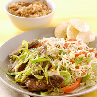 Chinese wok noedels met Five Spice beef en lente-ui