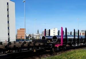 Groß-Rohre auf Güterwagen.