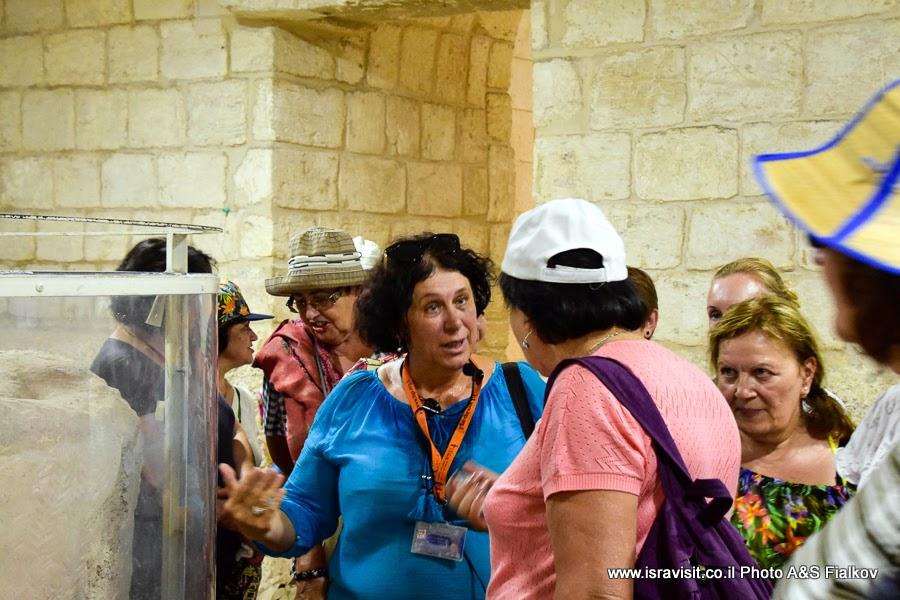 Гид в Израиле Светлана Фиалкова на экскурсии в крипте церкви Венчания. Кана Галилейская, Израиль.