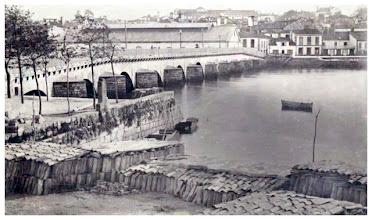 Photo: Foto sacada dende onde está agora a gasolinera. Vemos a Ponte do Burgo coa Praza de Abastos ó fondo.