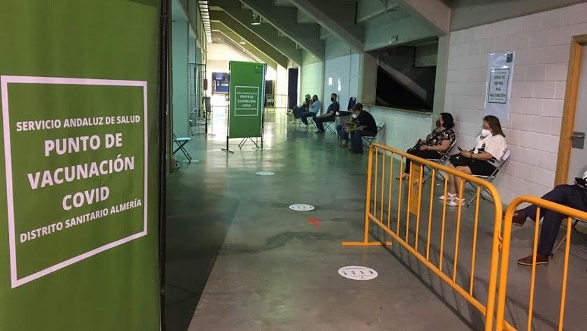 Punto de vacunación en el interior del Palacio de los Juegos.