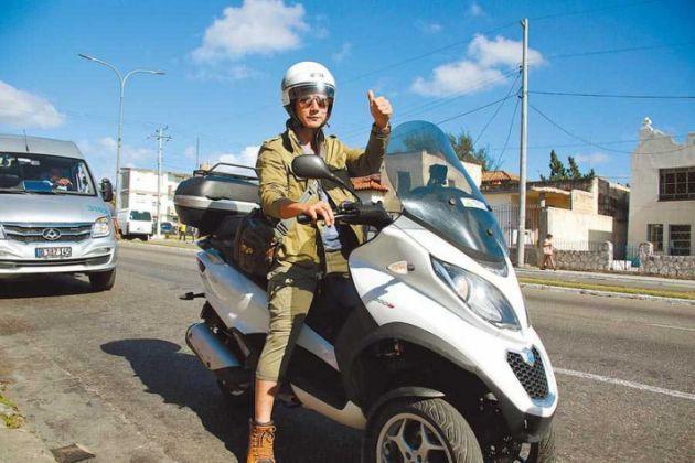 廖科溢騎摩托車穿梭古巴街道巷弄間,近距離探訪當地人們生活。(圖/亞洲旅遊台提供)