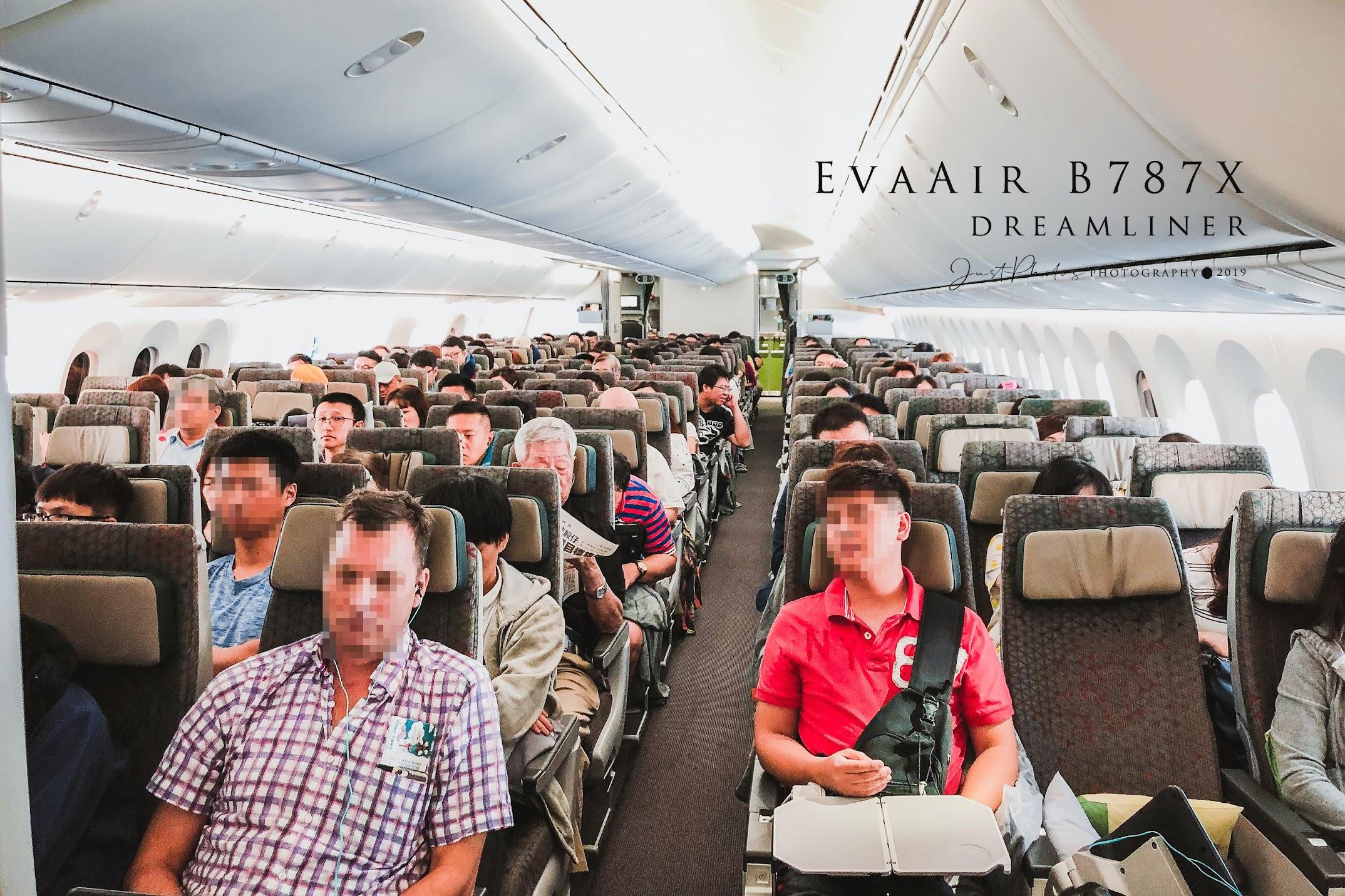 長榮航空B787客艙內配置是採3-3-3配置。