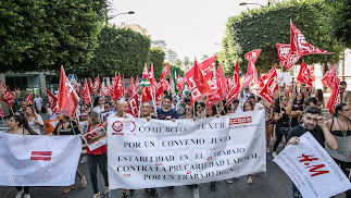 Manifestación relizada por empleados del sector textil que demandan un convenio laboral justo.
