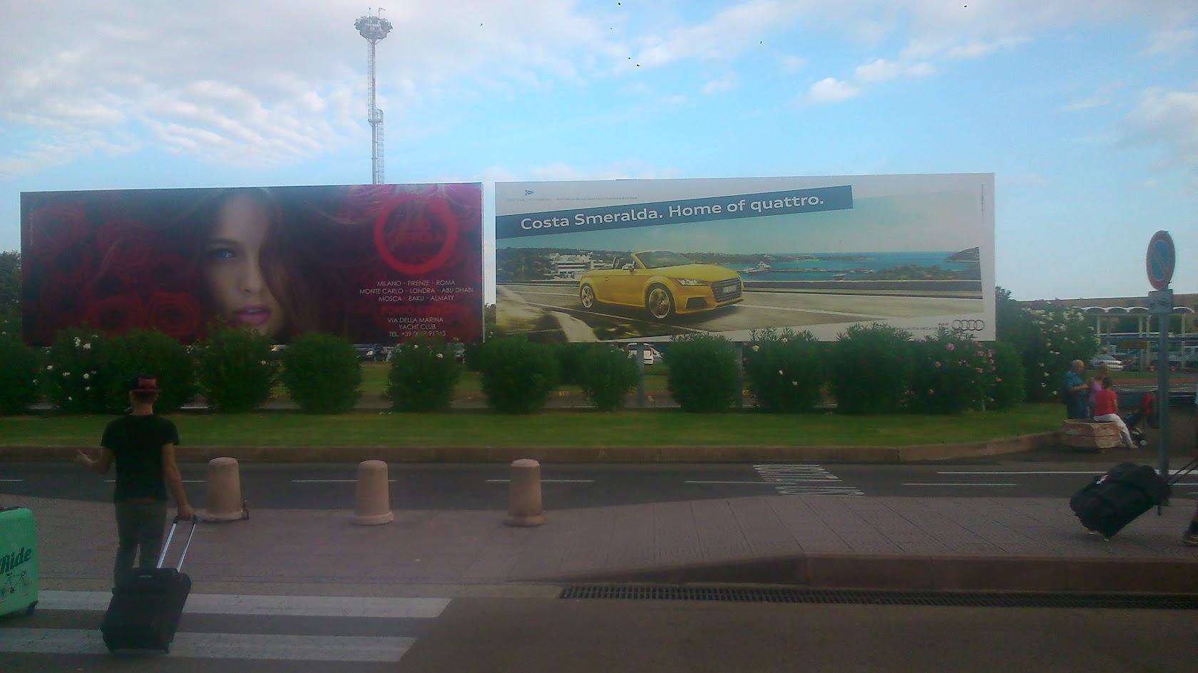 Баннер AUDI пи выходе из аэропорта Коста Смеральда. Ольбия.