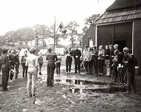 Photo: VCJC kamp Norg Vrije Vogel 1964 Achter de vlag Thiea Beening, Harm Lanjouw, Lambert Hollander, enz.