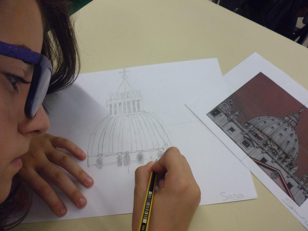 Alumna realitzant l'esbós de la cúpula.