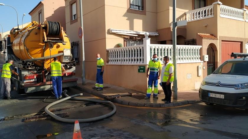 El concejal de Servicios Urbanos, Juan Luque, visita la limpieza de imbornales en La Fuensanta.