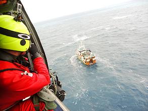 Photo: O homem foi retirado do barco de pesca pela tripulação de um helicóptero da Força Aérea