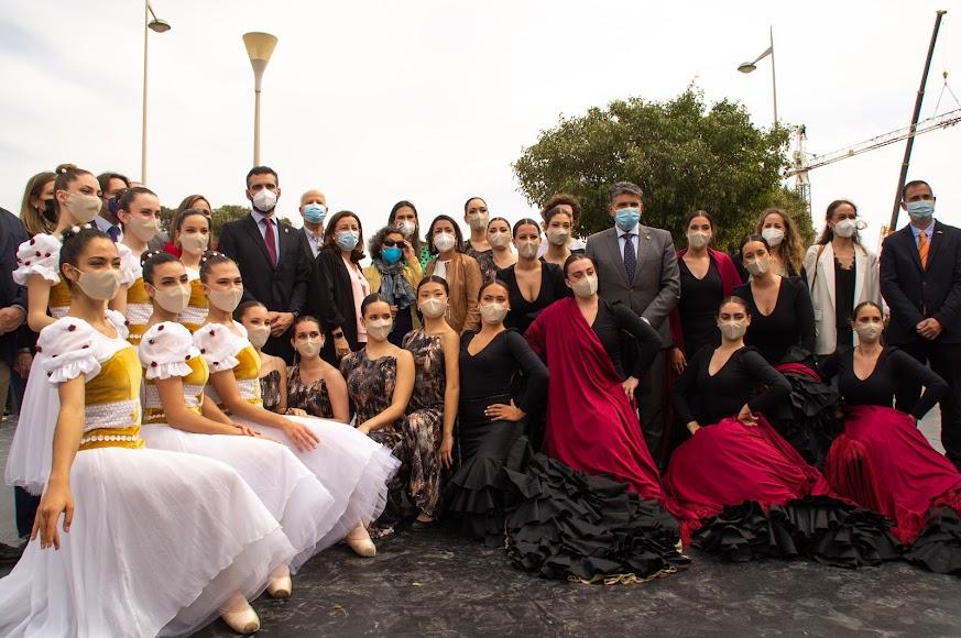Foto de familia con los grupos que han actuado.