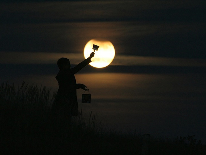 Photo: This is a working professional photographer and journalist Laurent Laveder scientist who created the series 'Moon Game', composed of several images that show people interacting with the Moon. Specializing in pictures of the sky, is part of the collective Laveder 'The World At Night', which brings together 30 of the best astro-photographers in the world