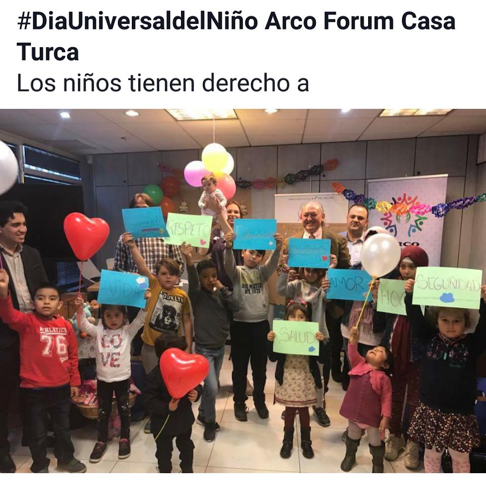 niños posando con carteles con mensajes de los derechos universales del niño
