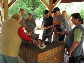 Photo: Lustiges Grillen am Molkenhaus bei der Familienwanderung (Die Erwachsenen arbeiten, während die Kinder spielen.)
