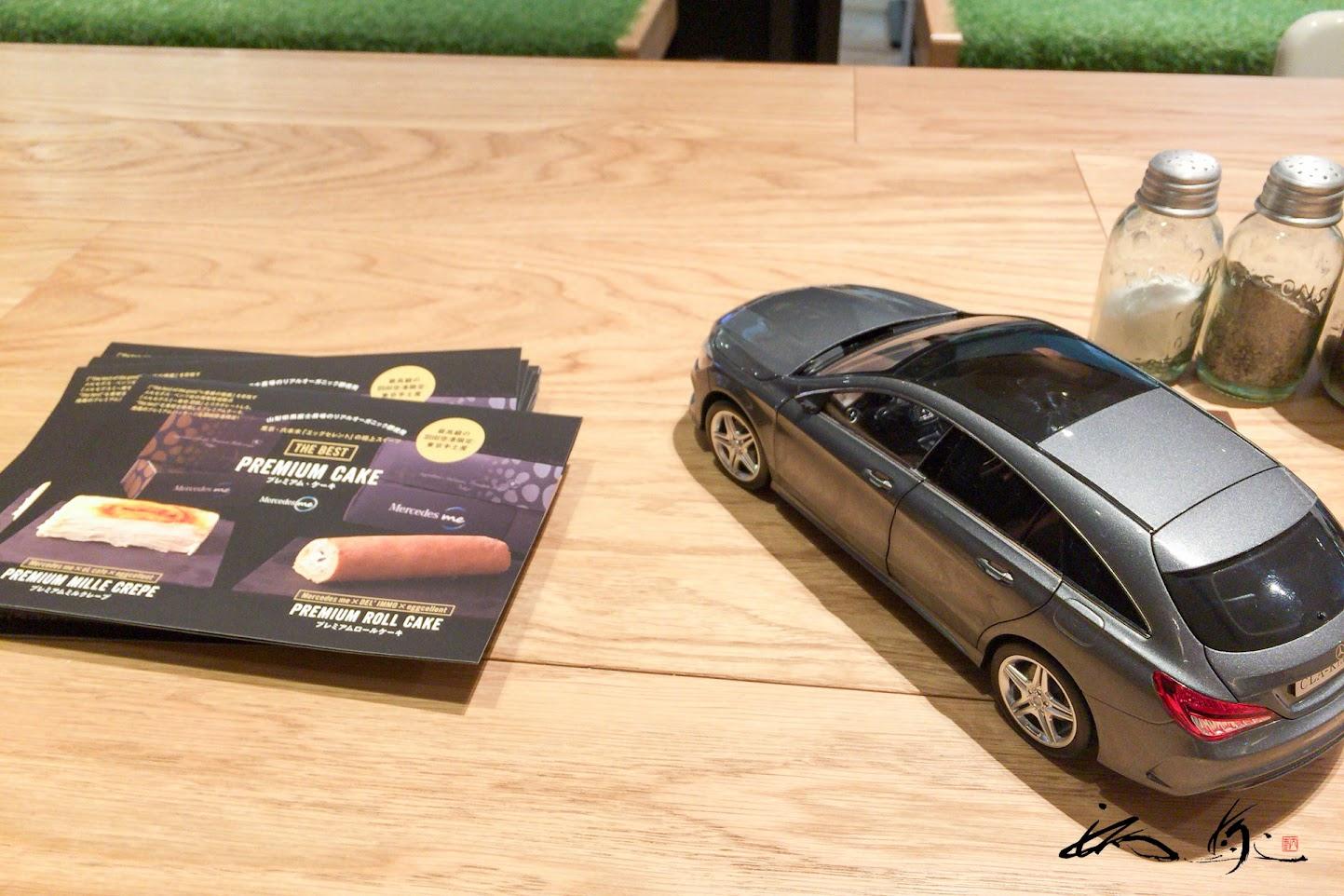 テーブルの上のミニチュアカー