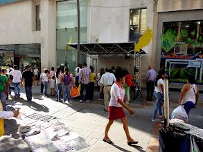 Photo: Estación instalada por los organizadores para la Acción,  provista de una mesa ,dos sillas,  luces y tambien el distintivo de Salas abiertas (alas amarillas)