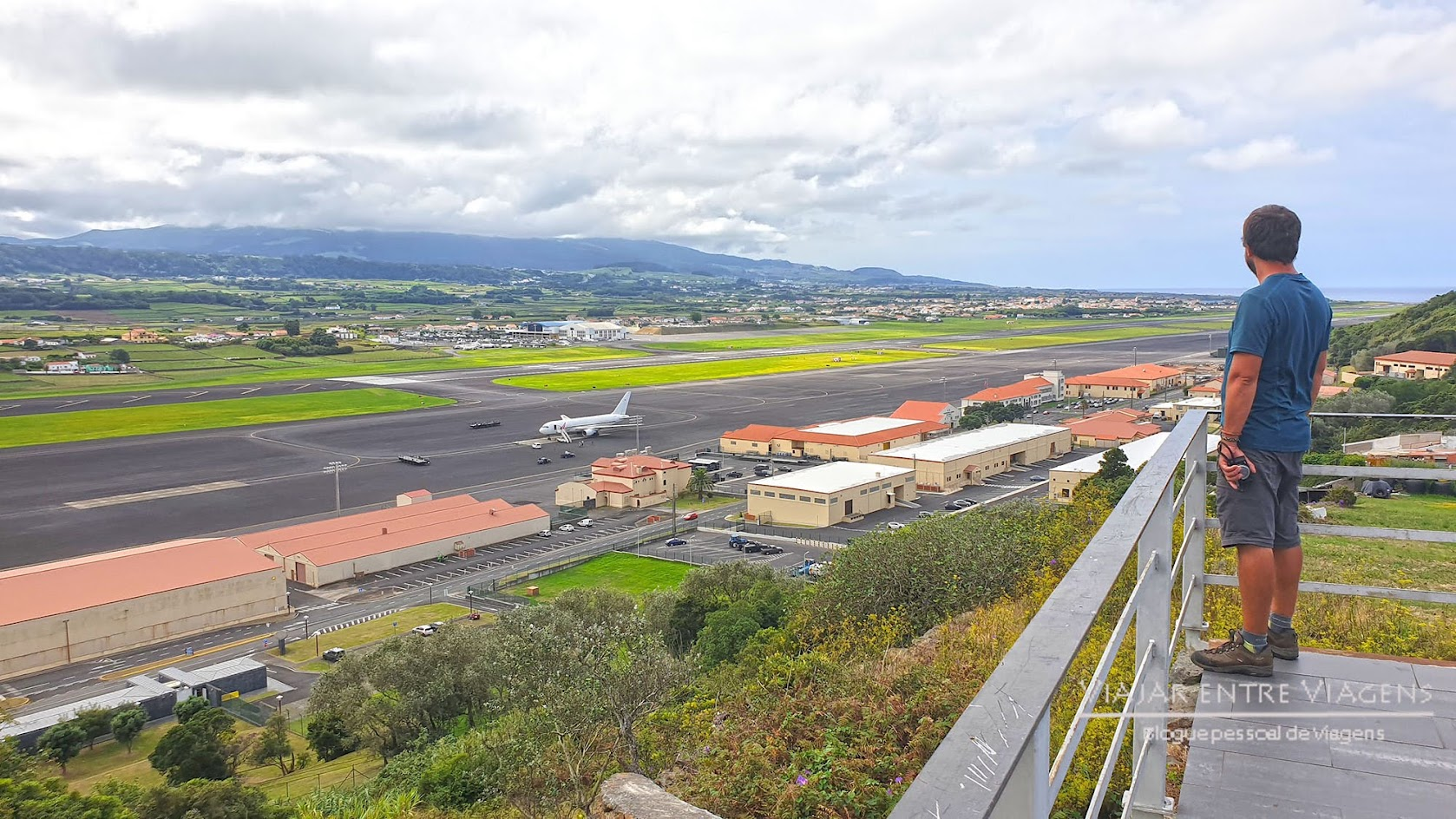 "Ver o aeroporto das Lajes, na ilha Terceira, do miradouro ""Humberto Delgado"""