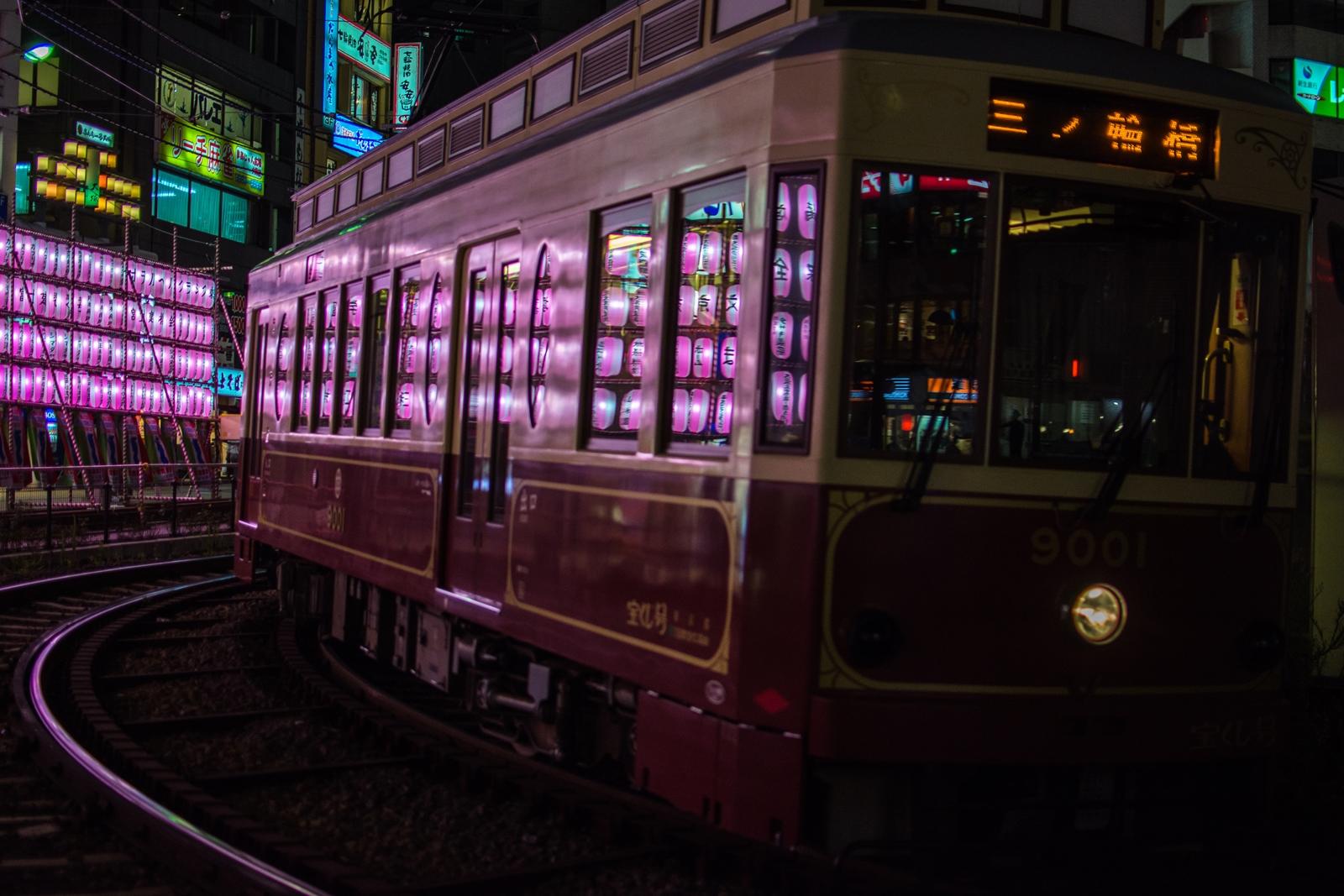 Photo: 祭りの街を抜ける Passes through the festival city.  お盆明けを迎えて 夏もどんどんと駆け抜けていきます。 荒川線の通る大塚の街でも 来週は阿波踊り まだまだ夏の熱いイベントを 楽しみたいものですね!  #cooljapan #nikon #train #night #festival Nikon D7200 Nikon AF-S DX NIKKOR 35mm f/1.8G