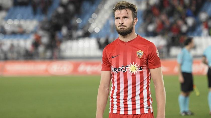 Marco Motta en su último partido en Almería contra el Alcorcón,