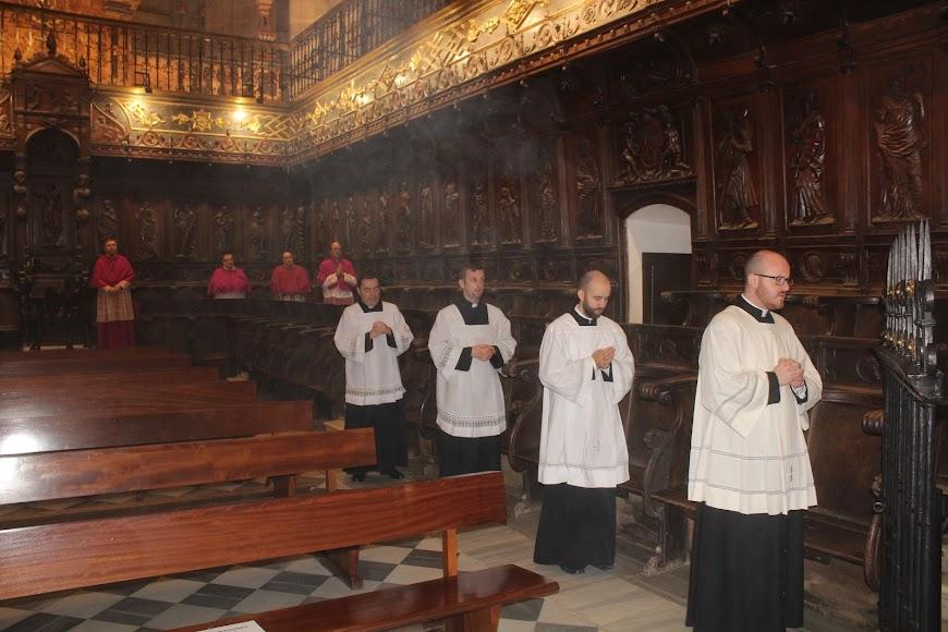 Canónigos y seminaristas en el coro de la Catedral de la Encarnación.