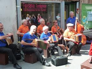 """Photo: Strassenmusik mitten im Dorf mit den """" Ursus Örgelifründe""""  aus Seedorf   (auch nicht mehr die Jüngsten)"""