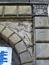 Photo: Rzeźby i herby wyryte nad bramą wejściową do zamku Kolštejn.