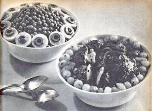 Photo: Zöldség-saláták: 1. Zöldborsó-saláta, tojáskarikák-kal és olajbogyókkal díszítve. 2. Gomba-saláta, mogyoróhagymával pácolva. - Sałatka z zielonego groszku z jajkami, sałatka grzybowa z cebulkami.